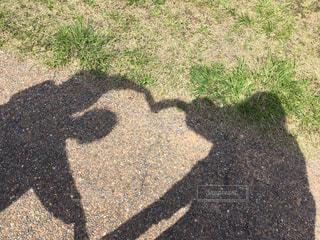 公園,春,夏,散歩,影,女子,ハート,ひなたぼっこ,腕で,体で表現