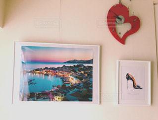 壁に掛かっている絵の写真・画像素材[1012550]