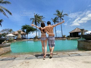 バリ島ホテルのプールにてピースするカップルの写真・画像素材[3848030]