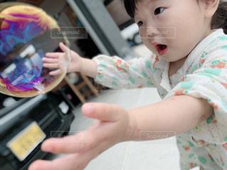 赤ん坊を抱いている手の写真・画像素材[2184715]