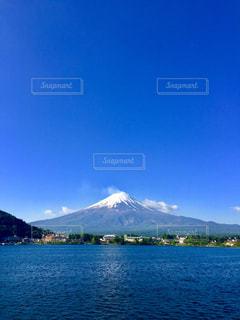 背景の山と水の大きな体の写真・画像素材[1199815]