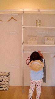インテリア,後ろ姿,子供,女の子,ハンガー,棚,収納,クローゼット