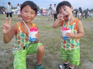 子供,笑顔,ペアルック,祭り,かき氷,ピース,男の子,兄弟,お揃い,カキ氷