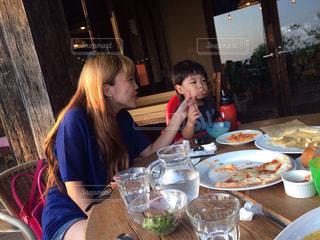 女性,子ども,家族,食事,テラス,夕方,笑顔,おいしい,夕食,男の子