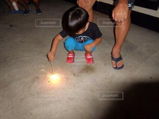 子ども,夏,夜,花火,しゃがむ,男の子,手持ち花火