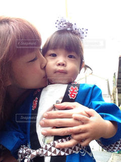 子どものほっぺにキスをしている母 - No.723129