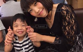 テーブルに座っているママと子供 - No.723146