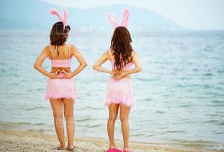 ビーチの前に立っている女の子の写真・画像素材[740956]