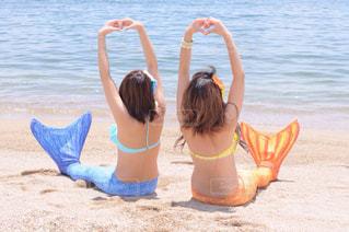 砂浜に座っている女性の写真・画像素材[740971]