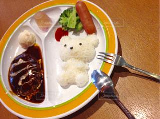 テーブルの上に食べ物のプレート - No.771456