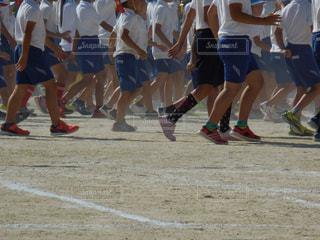 サッカーのゲームを再生する人々 のグループの写真・画像素材[776178]