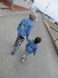 通りに立っている小さな男の子の写真・画像素材[818778]