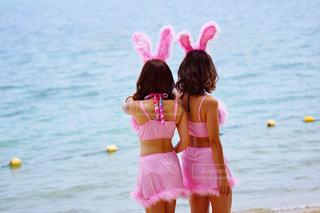 ビーチでピンクの凧を持つ少女の写真・画像素材[842838]