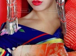 赤のネクタイを着ている女性の写真・画像素材[850532]