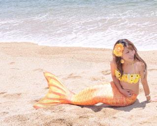 砂浜に座る人の写真・画像素材[858612]