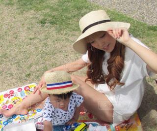 芝生に座っている少女の写真・画像素材[858615]