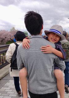 子の隣に立っている少年の写真・画像素材[946972]