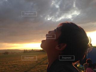 男と女が日没の前に立っての写真・画像素材[955715]