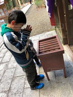 カメラを見て少年 - No.964148