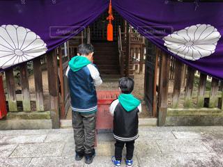 紫の傘を持った少年の写真・画像素材[964150]
