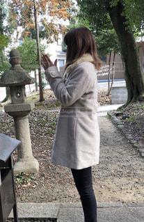 歩道に立っている女性 - No.964153