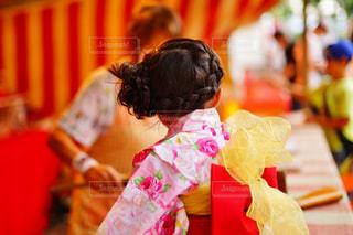 テーブルに座っている少女の写真・画像素材[1028686]
