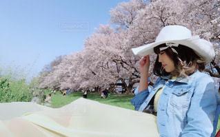 帽子をかぶっている人の写真・画像素材[1100886]