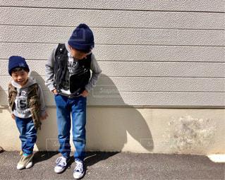 子の隣に立っている野球選手のグループ - No.1118354