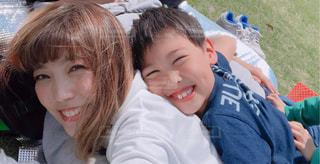 少年と、selfie を取っている女の子の写真・画像素材[1162424]
