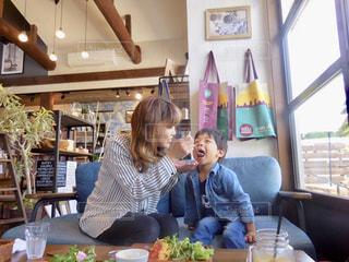 テーブルに着席した人の写真・画像素材[1194031]