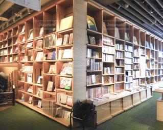 部屋の家具や本の棚でいっぱいの写真・画像素材[1222879]