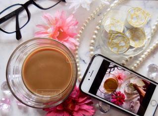 テーブルの上のコーヒー カップの写真・画像素材[1241550]