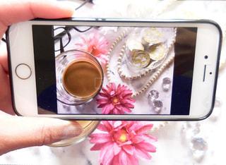 携帯電話を持つ手の写真・画像素材[1241582]
