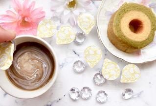 一杯のコーヒーとバームクーヘンの写真・画像素材[1241589]