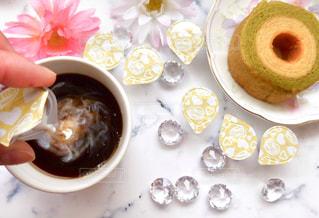 一杯のコーヒーとバームクーヘンの写真・画像素材[1241593]