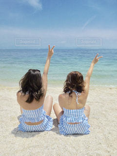 ビーチに座っている人の写真・画像素材[1261150]