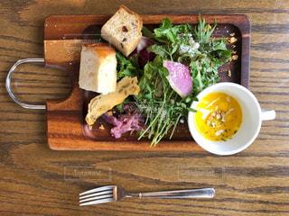木製のテーブルの上に食べ物のプレートの写真・画像素材[1283069]