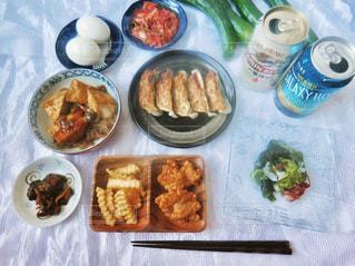 テーブルの上に食べ物のトレイの写真・画像素材[1301585]