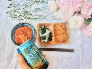 テーブルの上に食べ物の写真・画像素材[1301591]