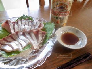 近くのテーブルの上に食べ物のプレートの写真・画像素材[1310422]