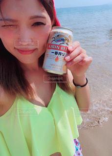 水のボトルを保持している女性の写真・画像素材[1310525]