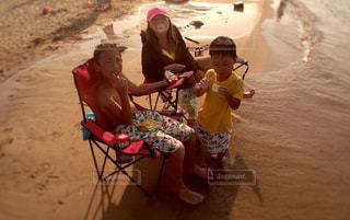 ビーチに座っている小さな子供の写真・画像素材[1316715]