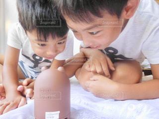 若い男の子と赤ん坊を保持の写真・画像素材[1319732]