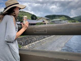携帯電話を保持している女性の写真・画像素材[1342083]