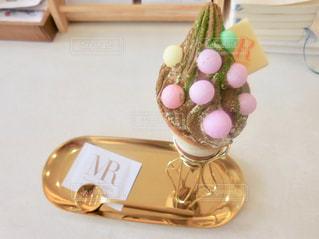 テーブルの上の花の花瓶の写真・画像素材[1353996]
