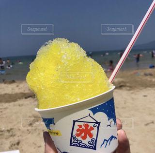 ビーチの水のカップの写真・画像素材[1392815]