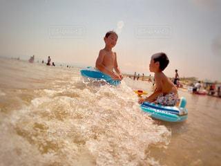 ビーチに座っている人の写真・画像素材[1392816]
