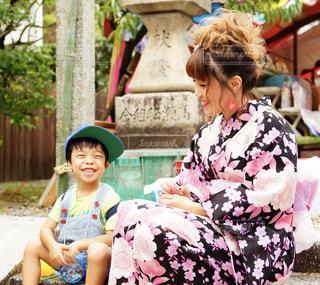 ベンチに座っている少女の写真・画像素材[1410310]