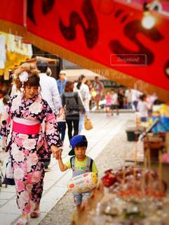 通りを歩く人々 のグループの写真・画像素材[1410312]