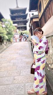 建物の前に立っている女の子の写真・画像素材[1427434]